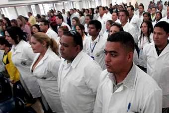 Aumenta 134% salario de los médicos y médicas del país