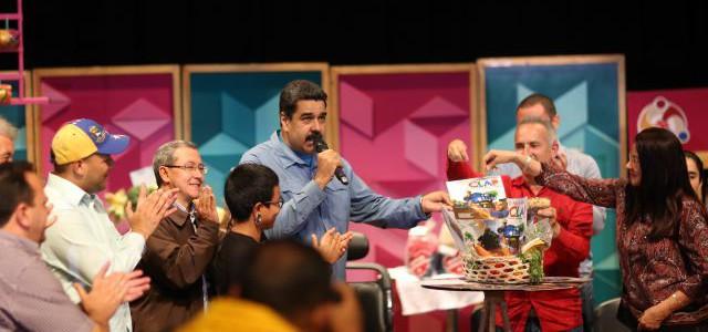 Maduro insta al pueblo a ser los mejores comunicadores en medios, redes y paredes