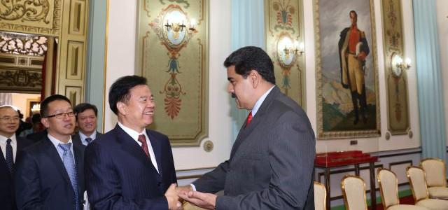Venezuela y China firman acuerdos por $ 2.200 millones para aumentar producción petrolera