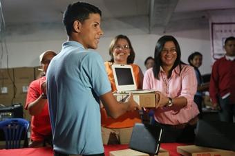 Ministra de Salud entregó equipos Canaima y tabletas a estudiantes del liceo 25 de Julio