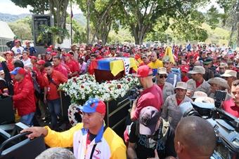Trabajadores del sector salud acompañan los restos de Fabricio de Ojeda
