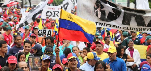 Revolucionarios se movilizan por la paz hasta la plaza Diego Ibarra